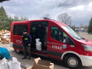 Wóz strażacki odbiera żywność - tekst alternatywny