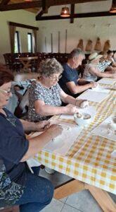 seniorzy robią chleb