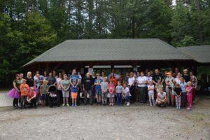 Zdjęcie grupowe uczestników pikniku.